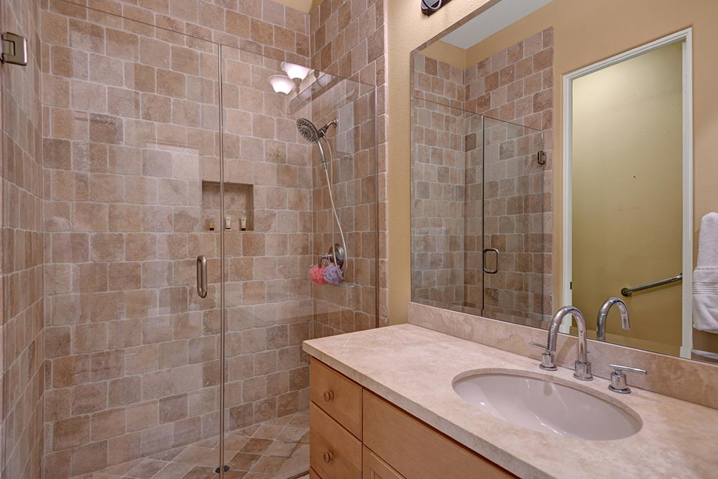 5DA27137-A190-52EF-474635885AB5EA5F-GUEST-BEDROOM-BATHROOM.jpg
